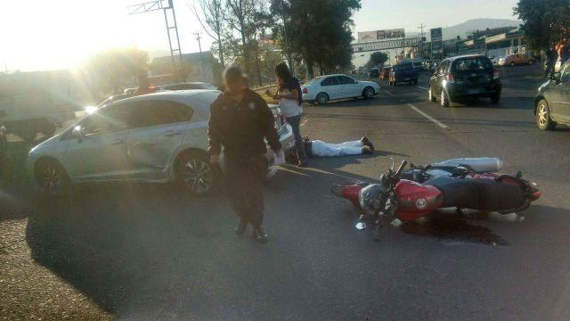 Motociclista queda herido al ser atropellado, en Morelia.