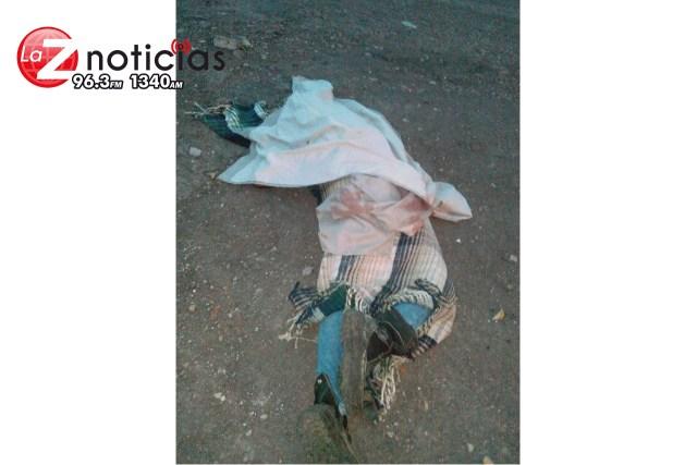 Abandonan cadáver baleado y encobijado en la colonia Bicentenario en Apatzingán