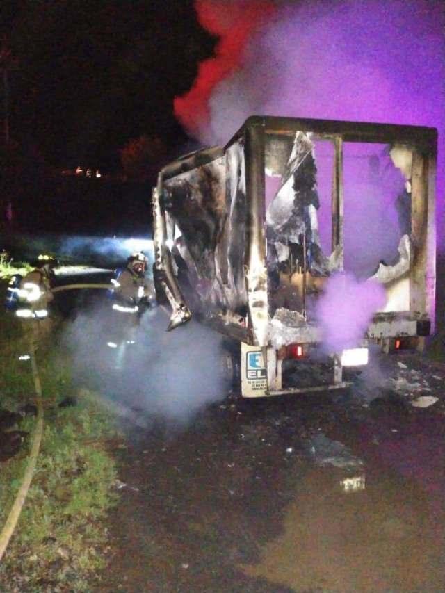 Desconocidos incendian vehículo en Tiripetío