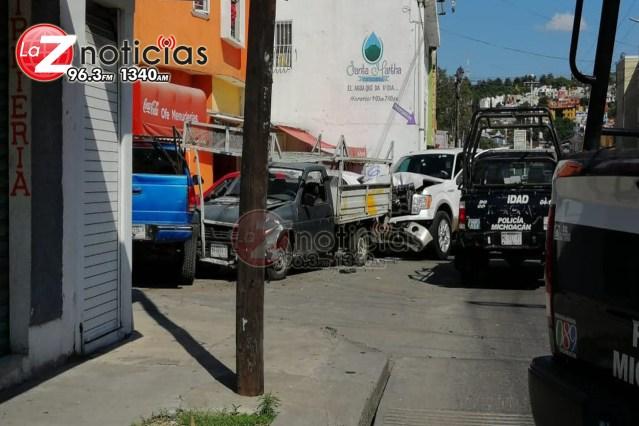 Chófer de camioneta es baleado y su unidad provoca carambola vehicular