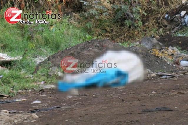Hallan a persona asesinada y envuelta en una lona en Uruapan