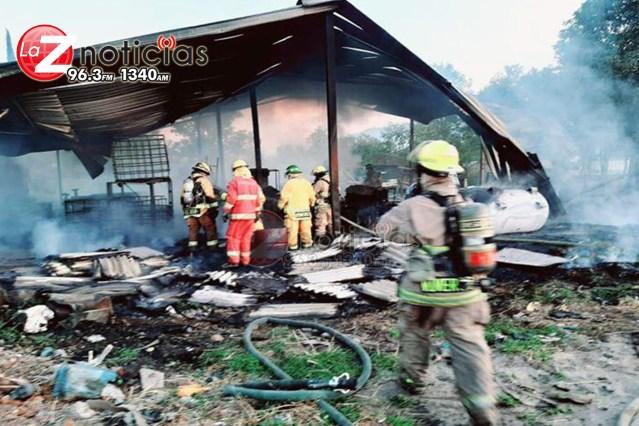 Se incendia bodega de reciclaje de cartón en Uruapan