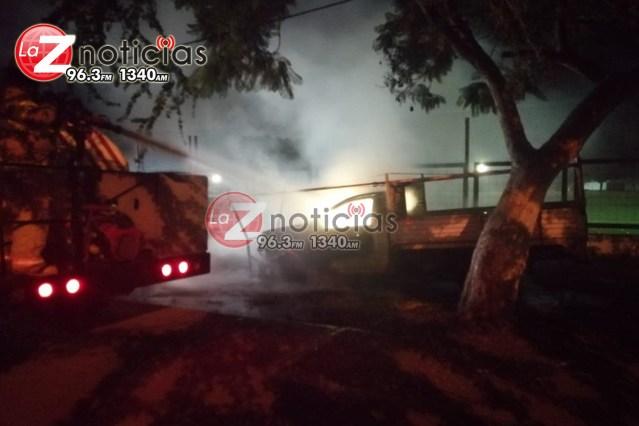 Delincuentes prenden fuego a una camioneta frente a la Deportiva Poniente de Zamora