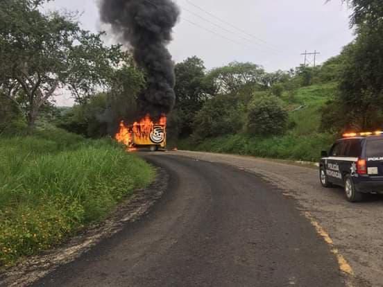 Aspirantes a ingresar a escuelas normales queman patrulla y un vehículo de Sabritas