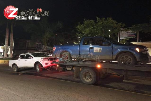 Hallan 2 hombres asesinados y 4 vehículos baleados en el municipio de Coalcomán