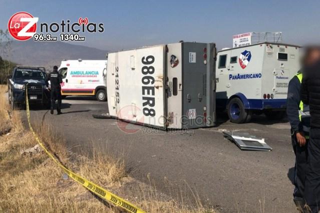 Vuelca vehículo transportador de valores al norte de Morelia