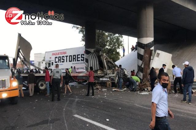 Camión y tráiler de paquetería protagonizan accidente en la Morelia-Salamanca; hay 6 heridos