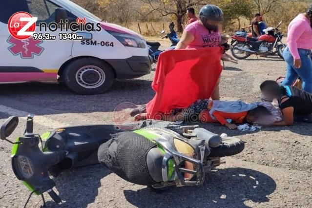 Muere mujer en choque entre camioneta y moto en Huetamo
