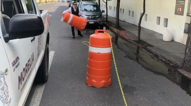 Policía de Morelia, quita obstáculos de transportistas que «hicieron privado» carril de circulación en Las Américas