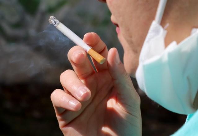 Fumadores, con riesgo de complicaciones graves si contraen COVID-19