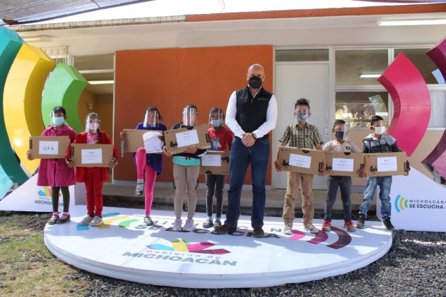 Entrega SEE equipos de cómputo a estudiantes de la Meseta Purépecha