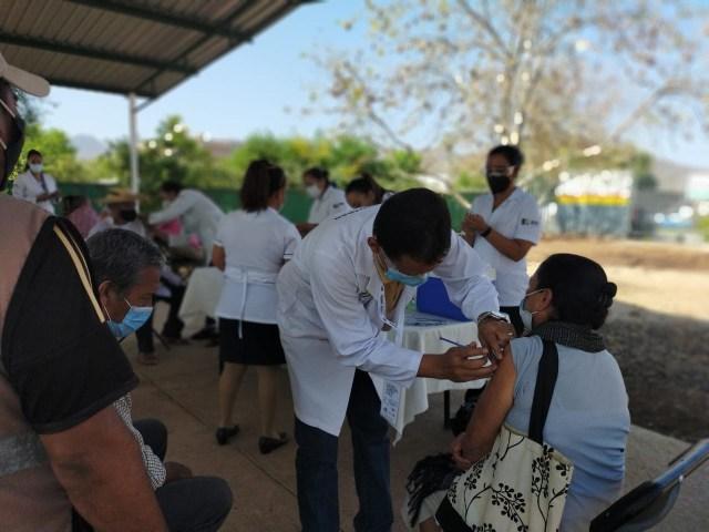 Inicia vacunación contra COVID-19 en Aguililla y Churumuco para adultos mayores de 60 años