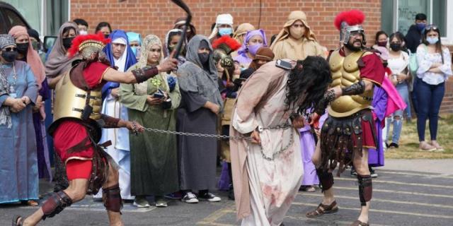 Cristianos celebran la Semana Santa con restricciones por el COVID-19