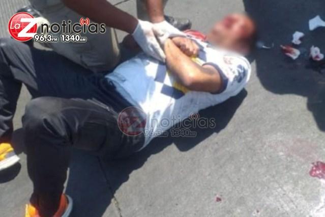 Motociclista embiste a dos peatones, los tres resultan heridos