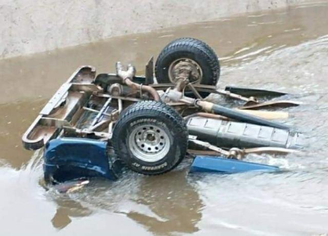Mueren dos personas al caer en camioneta hacia una canaleta