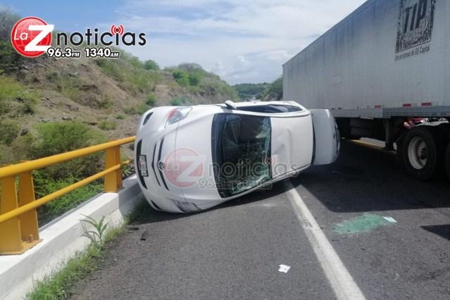 Accidente vial deja destrozos en la Autopista Siglo XXl