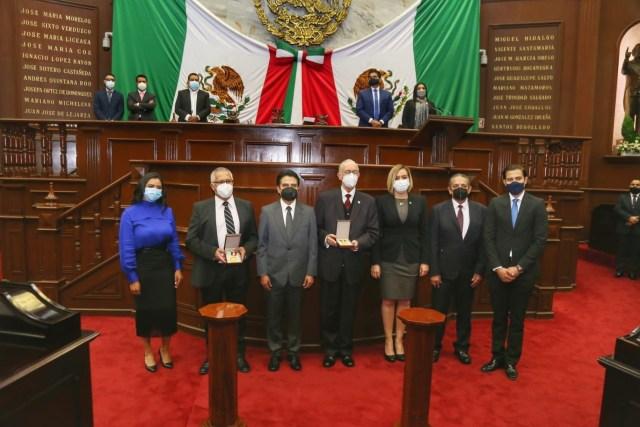"""Entregan la presea """"Melchor Ocampo"""" al Hospital """"Dr. Miguel Silva"""" y al diplomático Miguel Estrada"""