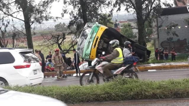 Vuelca camión de pasajeros al norte de Morelia; hay varios heridos