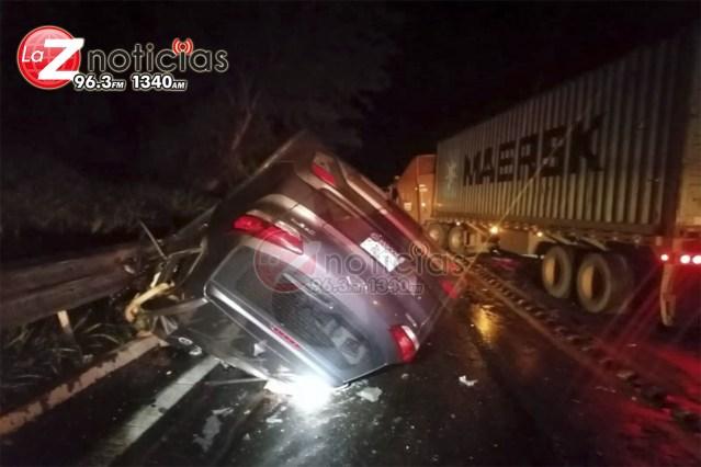 4 muertos y un lesionado al chocar de frente su camioneta contra un tráiler en la Siglo XXI