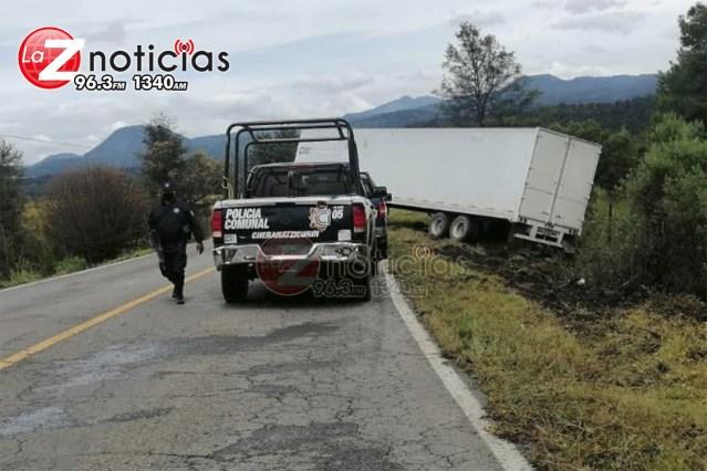 Camión se sale del camino en Cherán