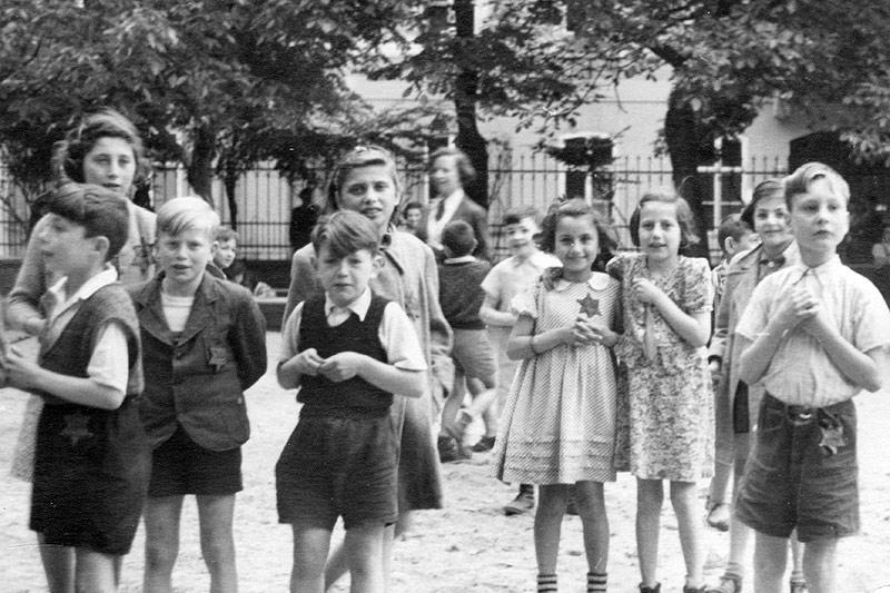 Tchécoslovaquie, 1944. Des enfants portant l'étoile jaune, dans le ghetto de Theresienstadt. © Photothèque CICR (DR) / M. Rossel