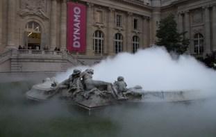 "Fujiko Nakaya, ""Cloud installation #07156, Grand Palais, bassin de brume"", 2013 | photo © alain walther | oeuvres DR"