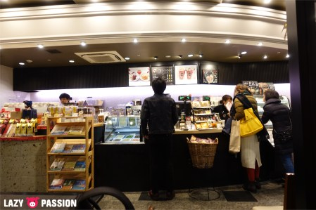 Tully's Coffee counter