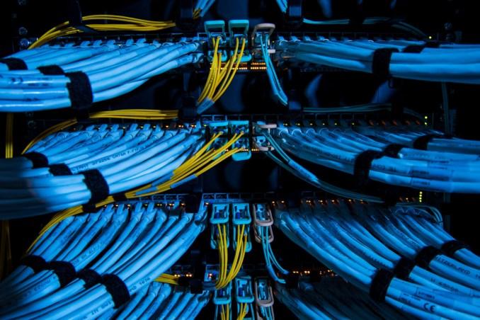 يتزايد اهتمام الشركات بنقل المعلومات الرقمية من خوادمها الخاصة إلى مراكز البيانات الموزعة على السحابة