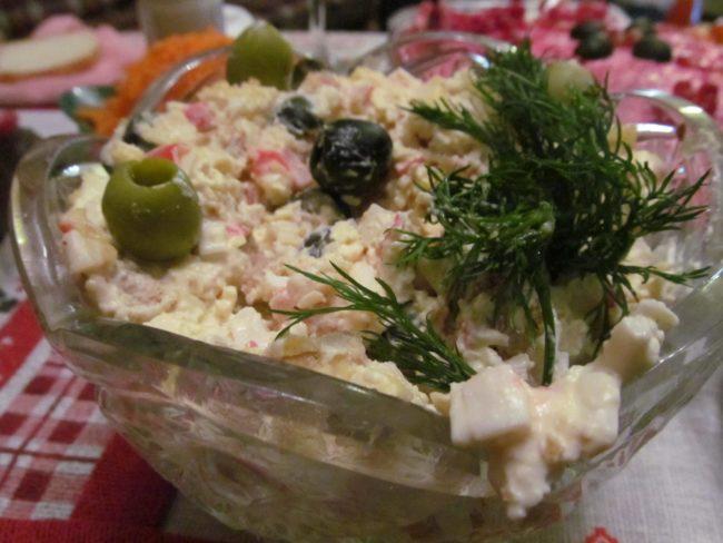 Праздничный салат из крабового мяса с хлебными гренками