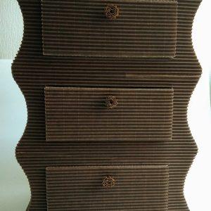 Petite commode ou table de chevet à 3 tiroirs en carton ondulé et huile de lin
