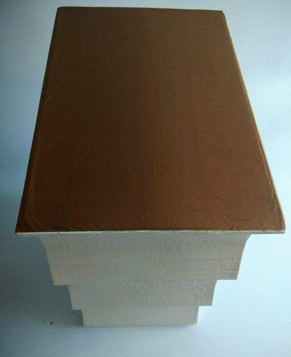 Petite commode ou table de chevet blanche et dorée