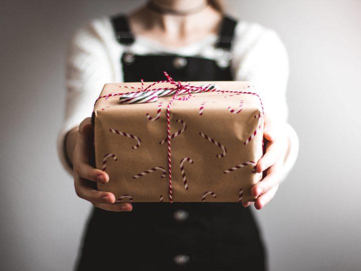 personne qui tend un cadeau