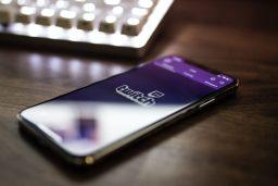smartphone posé sur une table avec page d'ouverture de l'appli Twitch