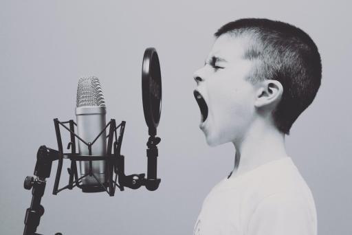enfant qui crie dans un micro