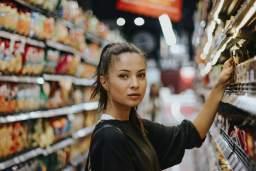 Linéaire supermarché avec femme