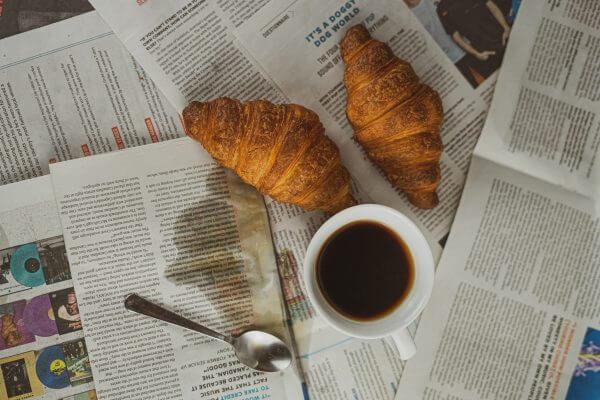 café et croissant sur un journal