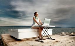 personne qui travaille au bord de la mer