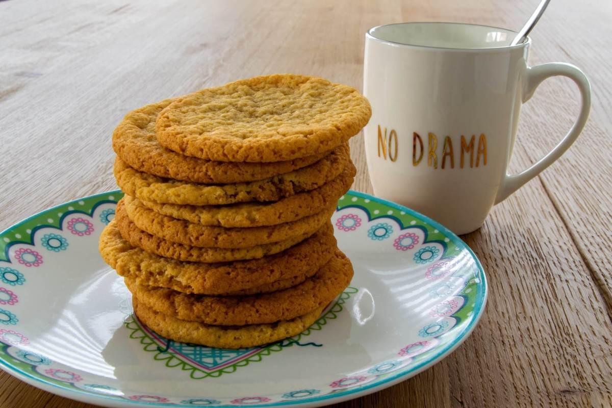 """mug avec """"no drama"""" à côté de cookies"""