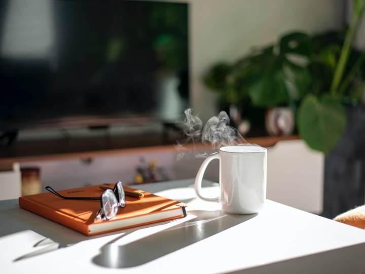 Lunettes, cahier et tasse fumante