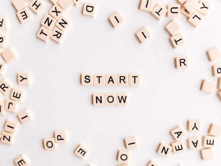 start now en lettres de scrabble