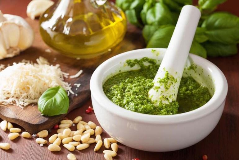pesto genovese verde, cu busuioc, muguri de pin ulei de masline si parmezan