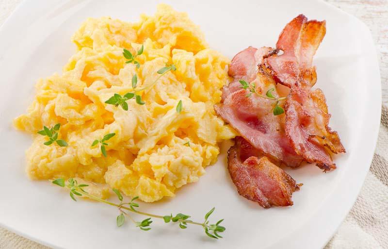 mic dejun cu scrob cu smantana si bacon
