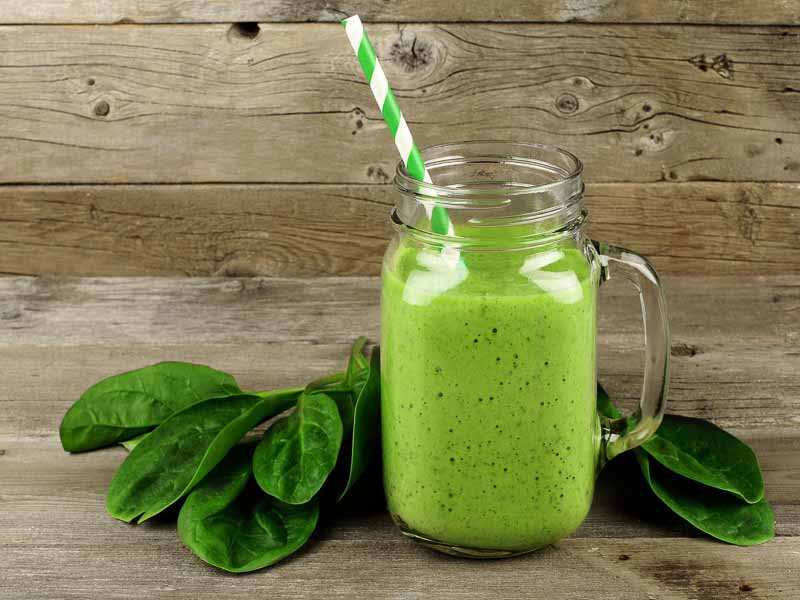 smoothie verde sanatos din spanac, avocado, ghimbir, lapte de cocos
