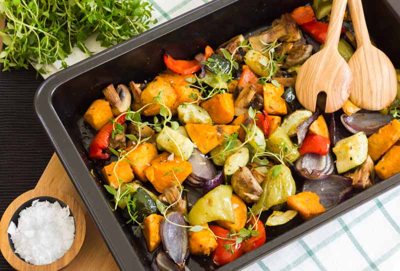 legume la cuptor cu cartofi dulci, ardei, dovlecel, ciuperci, ceapa rosie, stropite cu ulei de masline si ierburi uscate