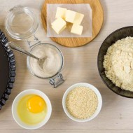 ingrediente pentru blat de tarta sarata lchf, faina de migdale, ou, tarate de psyllium, seminte de susan