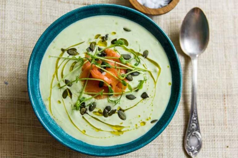supa rece de avocado cu castravete si somon afumat, cu seminte de dovleac