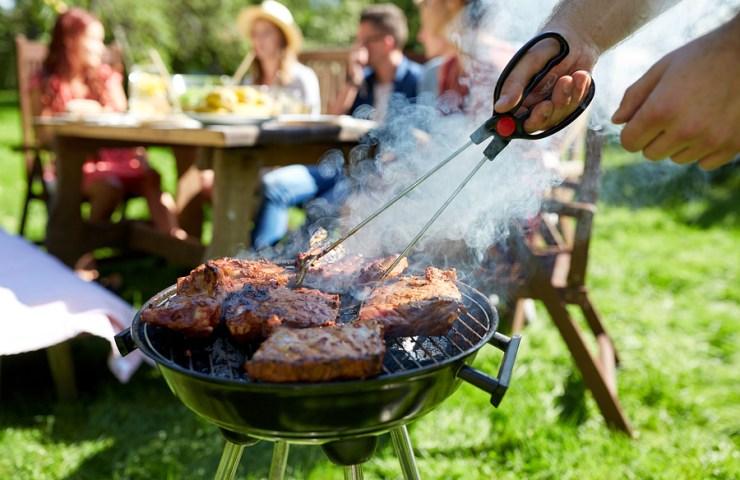 gratar in familie sau cu prietenii, carne de vita de porc sau de pui si mici la gratar
