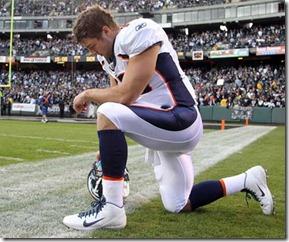經典的堤博單膝跪地禱告,姿勢像是藝術家羅丹的沉思者雕像。