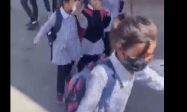 Niñas de la escuela palestinas corren llorando después de que las fuerzas de ocupación israelíes dispararan botes de gas lacrimógeno