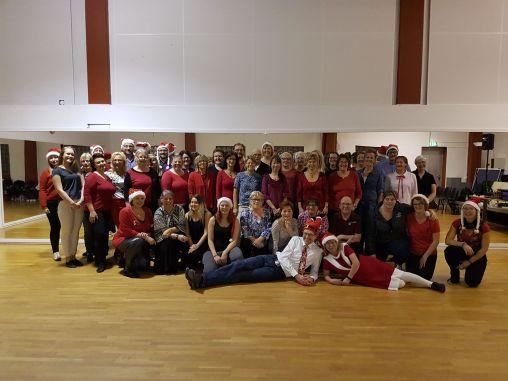 Julavslutning. Vi hann pausa dansen för att föreviga deltagarna.